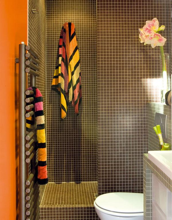 Koupelna je zpraktického důvodu – pro vedení instalací – těsně za kuchyní. Protože vyžaduje stoprocentní soukromí, je jedinou místností vbytě, která mádveře. Posuvné dveře však neubraly vzácný prostor ani koupelně, ani sousední vstupní části.