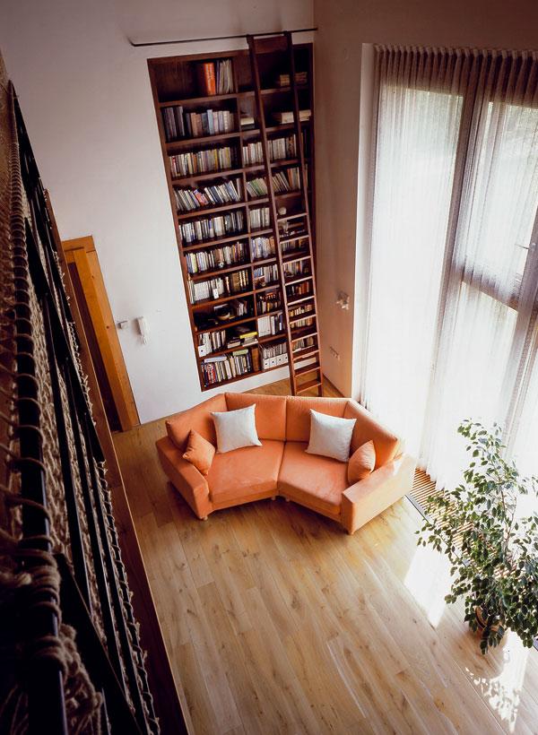 Dvoupatrová knihovna – náš nejoblíbenější interiérový prvek v této pozoruhodné rekonstrukci. Foto: Ing. arch. Tomáš Bezpalec