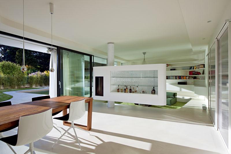 Za skleněnou fasádou přízemí se nachází denní část domu. Během teplých měsíců se stává součástí zahrady. Umožňuje to systém posuvných zasklení, které lze jednoduchým pohybem otevřít. FOTO: Hertha Hurnaus