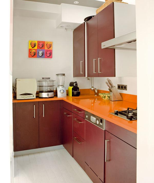 V kuchyni je účelně využit vskutku každý centimetr. Architekt zvětšil pracovní plochu na lince tím, že minimalizoval dřez a varnou desku, která má jen dva hořáky. Díky tomu zůstalo více místa pro užitečné spotřebiče. Výhodou byla střešní okna, která poskytla kuchyni důležité světlo.