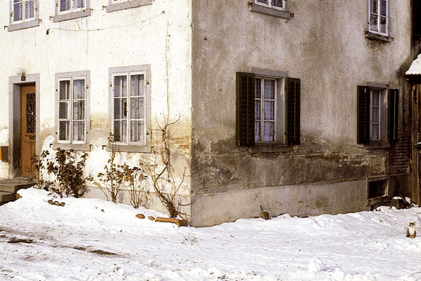 Fasádní omítka poškozená působením vlhka asolí.    foto: archív JAGA MEDIA