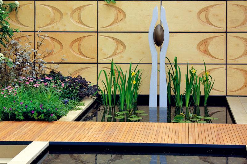 O umělém původu jezírka vypovídá nejen přísně geometrický tvar, ale i umělecký prvek vpodobě abstraktní skulptury. Foto: Daniel Košťál