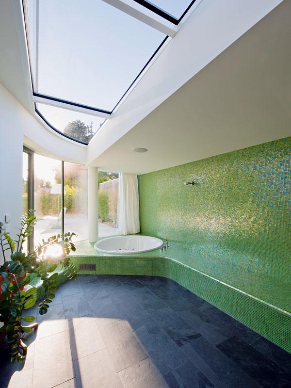 Výhledem do zahrady se můžete kochat i vevelkoryse koncipované koupelně. Její rozměry apoloha ji předurčily stát se domácím wellness, obzvláště během teplých letních měsíců, kdy se její možnosti rozšiřují ozahradní bazén. FOTO: Hertha Hurnaus