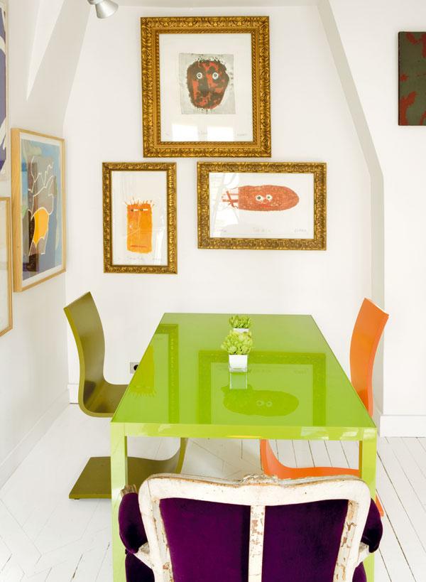Jídelna a obývací pokoj v jednom. Centrum bytu je zařízeno atypicky, pro majitele však prakticky – místo gauče stolování i pro přátele, místo televize hora knih.