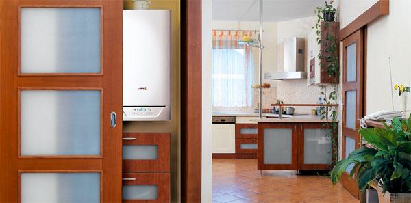 Do malých prostor jsou určeny kondenzační kotle s kompaktními tvary as hmotností nižší než 40 kg. Moderní konstrukce kotle obsahuje i zvukovou izolaci, která zaručuje jeho tichý chod. Takový kotel je proto vhodný i k umístění do kuchyně či předsíně. foto: Protherm