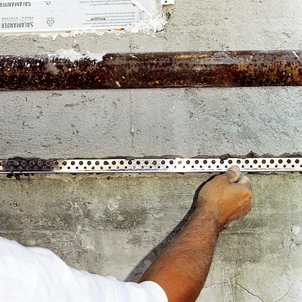 Před nanesením vrchní vrstvy lištu přitiskneme na určené místo. foto: archív JAGA MEDIA