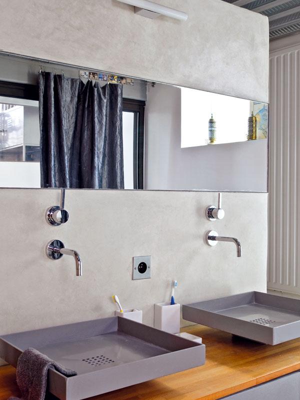Atypická hranatá umyvadla ocelově šedé barvy jsou jednou zdominant koupelny. Každý zmajitelů má své vlastní. FOTO: JULIEN CLAPOT, PHOTOFORPRESS