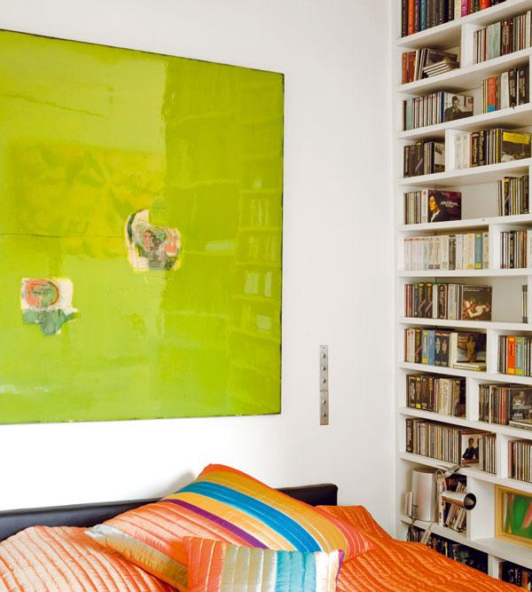 Pro ložnici je vyhrazeno místo na nejvzdálenějším konci bytu. Od jídelní části je oddělena polopříčkou aotevřenou policí. Podél stěny jsou vestavěné skříně, které poskytují další odkládací prostory.