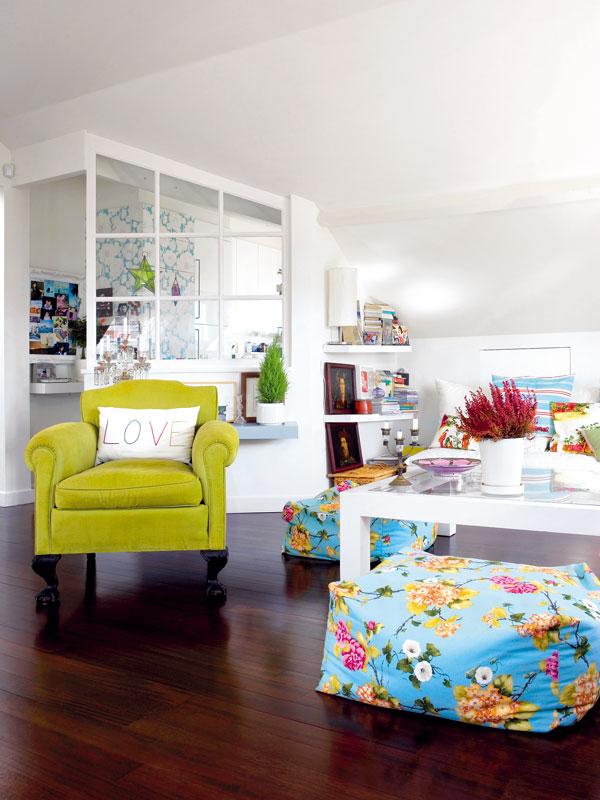 """""""Malé prostory nemám ráda,"""" tvrdí Filipa rozhodně. Kuchyň je proto alespoň vizuálně spojena s obývacím pokojem ajídelnou –odděluje ji od nich jen skleněná stěna. FOTO: Photoforpress"""
