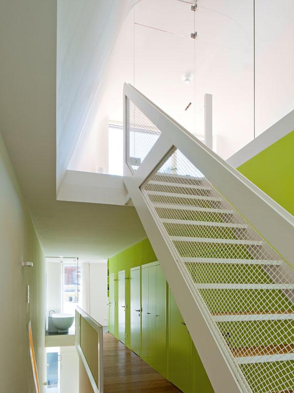 Pohled do noční části domu. Bílé schodiště propojuje všechna tři podlaží. FOTO: Hertha Hurnaus