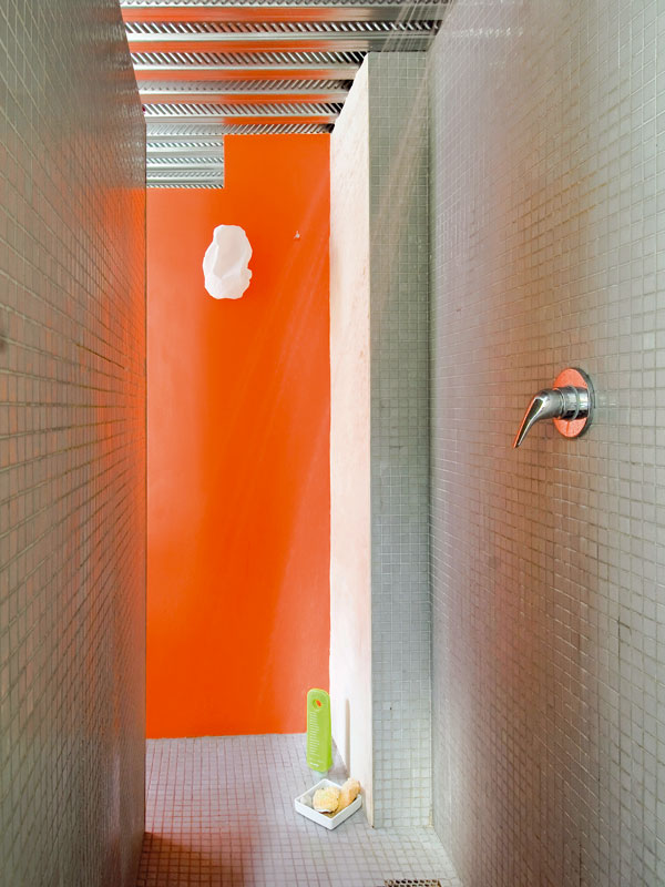 Sprchový kout umístili za stěnu smarockým štukem, do níž jsou vsazena umyvadla. Je vydlážděn italskou mozaikovou dlažbou. FOTO: JULIEN CLAPOT, PHOTOFORPRESS