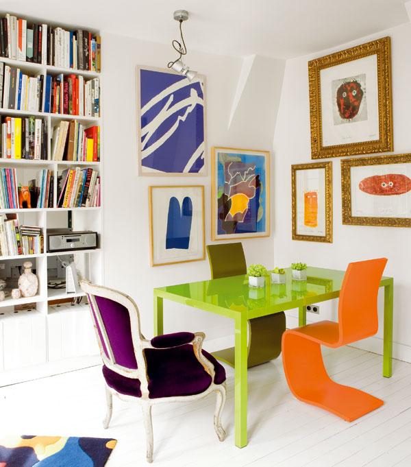Knihy, kam se podíváš. Otevřená knihovna, která střídá plnou stěnu asi vetřetině nábytkové příčky, odděluje i ložnici od jídelny. Tři optimistické barvy – svěží oranžová, zelená a bílá – spolu vytvářejí silný vizuální efekt aočividně popírají zažité pravidlo, že výrazné barvy do malého prostoru nepatří.