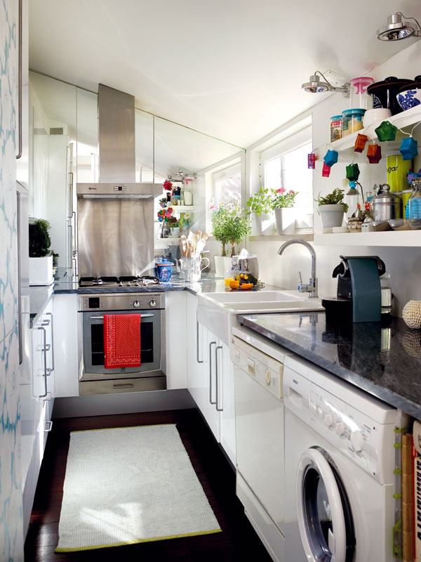 """Zrcadlo vkuchyni je dalším znetypických prvků v bytě. """"Čistí se výborně, stejně jako obkladačky, anavíc vytváří iluzi prostoru,"""" radí Filipa. FOTO: Photoforpress"""