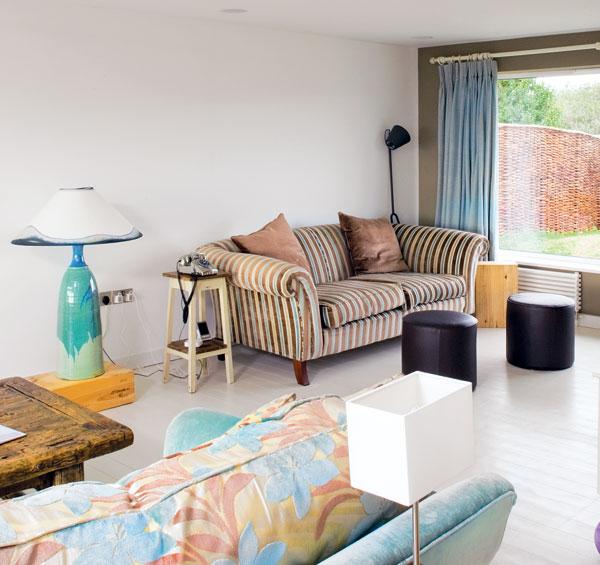 Barvy okolí – světlemodrá jako hladina vody či jasnáobloha nad ní, zemité či pískové tóny pobřeží – na bílém podkladě tvoří základní barevnou škálu interiéru celého domu. FOTO: CARLOS DOMINGUEZ