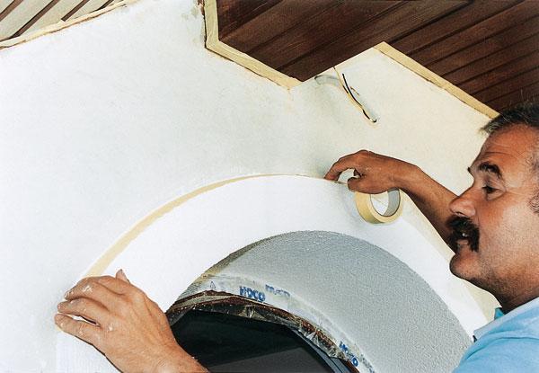 Spodní hranu omítky (nad soklem) chráníme obvykle kovovou lištou.  foto: archív JAGA MEDIA