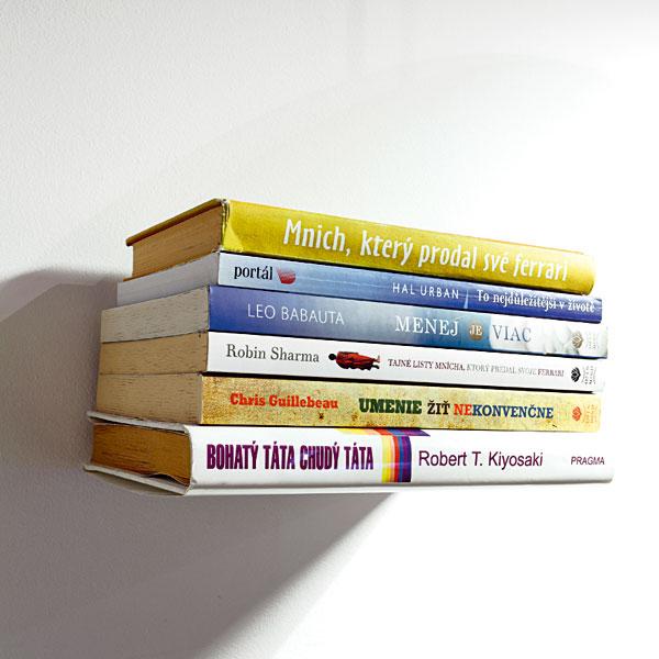 Neviditelná polička na knihy aneb levitující knihy. Vtipný detail, který se nedá přehlédnout a může mít proměnlivý charakter, podle právě rozečtených knih. FOTO: DANO VESELSKÝ