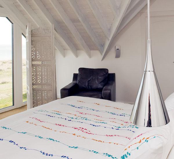 Orientální paraván plní funkci závěsu nebo záclony vkaždé místnosti. Tento prvek brání přílišnému množství slunečních paprsků znepříjemňovat ranní vstávání nebo vytváří příjemnou intimitu pro večerní posezení. FOTO: CARLOS DOMINGUEZ
