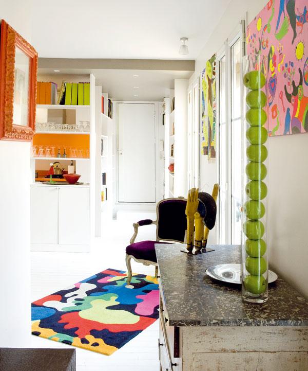 Pohled od ložnice směrem ke vstupním dveřím. Úzký, dlouhý prostor malého bytu na první pohled příliš šancí praktické a zároveň vzdušné dispozici nedával. Architektovi se však díky originální koncepci podařilo zachovat otevřenost i potřebnou míru soukromí.