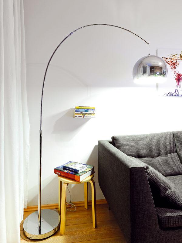 Zátiší obývacího pokoje, kde majitelka tráví čas u dobré knihy. Vždycky toužila mít své bydlení v loftu, takže si svůj sen alespoň trošku splnila. FOTO: DANO VESELSKÝ