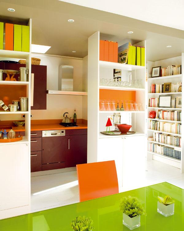 Vstup do kuchyně lemují policové skříňky – otevřené police vhorní a uzavřené skříňky vdolní části poskytují dostatek odkládacího prostoru apřitom kuchyni neuzavírají před přístupem světla, ani vzhledem k ostatním místnostem bytu.