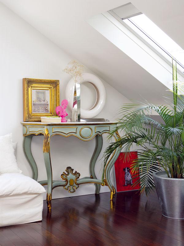 Další způsobivých zákoutí – stolek ze starožitnictví, obrázek, který si Filipa přinesla zNew Yorku, adoplňky různých stylů. Společným jmenovatelem pestré společnosti je citový vztah. FOTO: Photoforpress