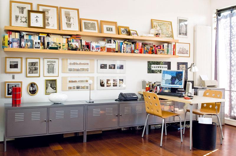 Fotografie aknihy mají vtomto bytě svou pevnou pozici a prostoru přidávají na útulnosti. Své místo mají i vpracovně, kde majitelé jako vjediné části domu zvolili dřevěnou podlahu. FOTO: JULIEN CLAPOT, PHOTOFORPRESS