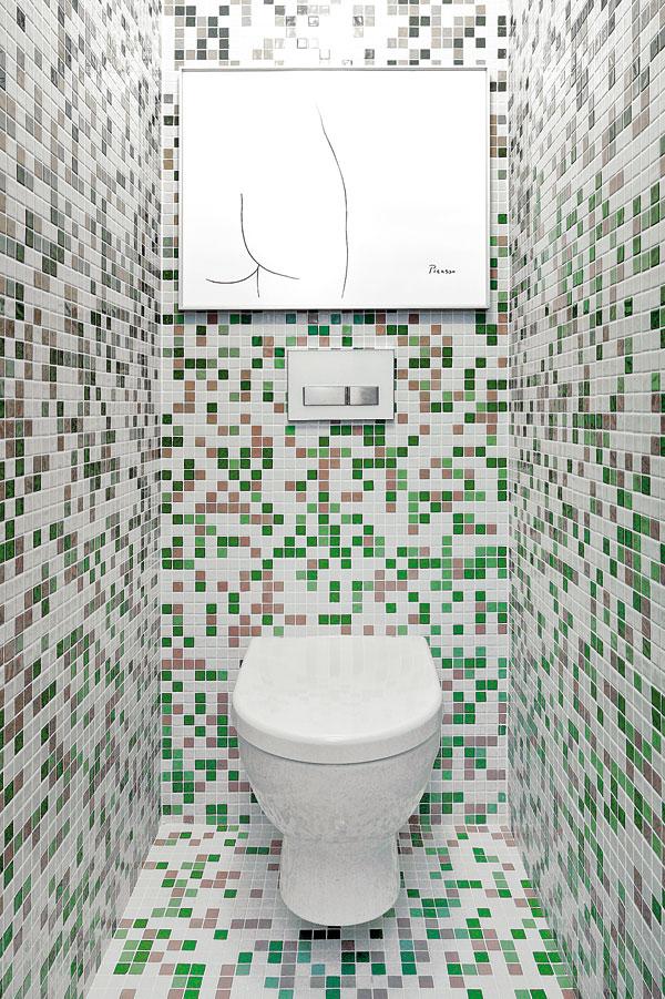 WC ukryté za původními dveřmi natřenými stejnou zelenou barvou jako celý blok je na původním místě. Mozaikový obklad za velmi přijatelnou cenu koupili v hobby marketu a jsou jím kompletně obloženy všechny vnitřní povrchy WC, včetně stropu. FOTO: DANO VESELSKÝ