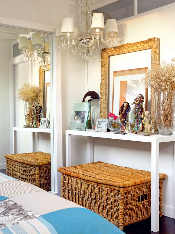 Toaletní stolek proti posteli i zrcadlo jsou vyrobeny podle Filipina návrhu, proutěnou truhlu si přinesla zpředešlého bytu. K odkládání náhrdelníků jí slouží sošky a též lustry využívá vinteriéru vskutku nekonvenčně. FOTO: Photoforpress