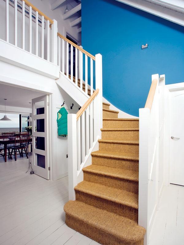 Zhaly se vychází na poschodí domu. Tady použili jedinou výraznou barvu na stěně, ale i ta je pod taktovkou moře doplněna opískovou barvu koberce zmořské trávy na schodech. FOTO: CARLOS DOMINGUEZ