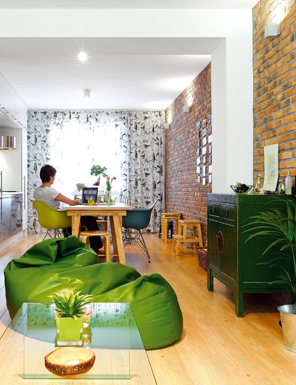 Zelená skříňka v duchu orientálního nábytku byla prvním kusem nábytku v bytě, který si majitelka koupila. Vytvořila základ barevného řešení a svým charakterem odlehčuje strohost moderního interiéru.  FOTO: DANO VESELSKÝ