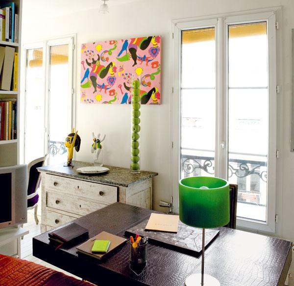 Psací stůl, který stojí u konce postele, povyšuje ložnici na víceúčelovou ložnici-pracovnu. Zároveň podporuje členění prostoru azintenzivňuje pocit soukromí.