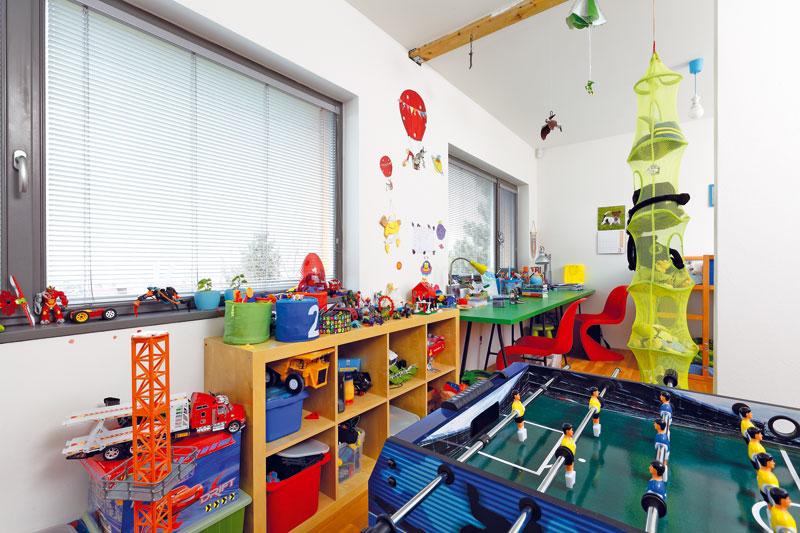 Dětský pokoj je vdomě zatím jen jeden, ale má dva vchody. Až chlapci vyrostou abudou chtít vlastní soukromí, pokoje se oddělí sendvičovou příčkou. FOTO: DANO VESELSKÝ
