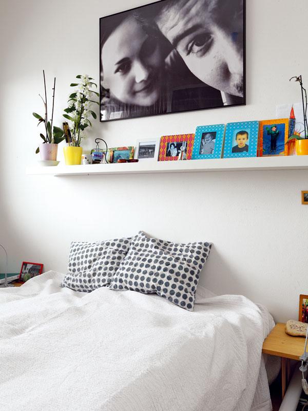 Ložnice rodičů slouží opravdu jen ke spaní, takže vní najdete jen postel, noční stolky a skříň. Nechybí mnoho fotografií, které připomínají příjemné rodinné události. FOTO: DANO VESELSKÝ