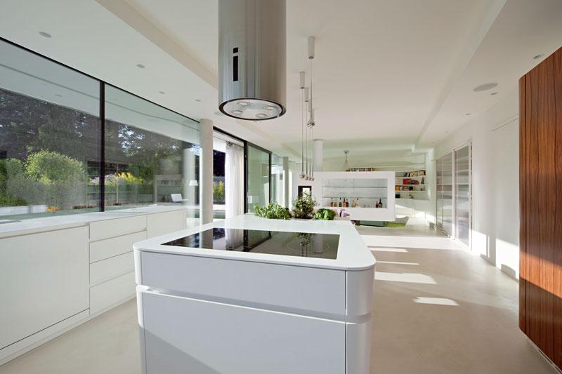 Ve velkoryse koncipované kuchyni se myslelo i na čerstvé bylinky. FOTO: Hertha Hurnaus