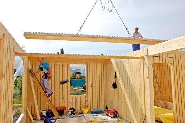 Výstavba pasivního domu zobnovitelných materiálů – dřeva jako konstrukčního systému adřevovláknitých desek acelulózy jako izolace.  Tyto domy mají menší dopad na zhoršení životního prostředí. (foto: Artur)