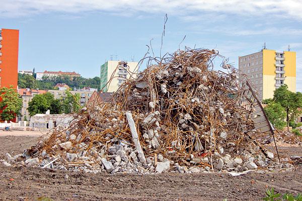 Komplikované oddělení železa ze železobetonu, aby bylo možné ho znovu recyklovat. Každá výstavba, provoz domu anáročná recyklace se nakonec více či méně promítne do zhoršení našeho životního prostředí. (foto: Artur)