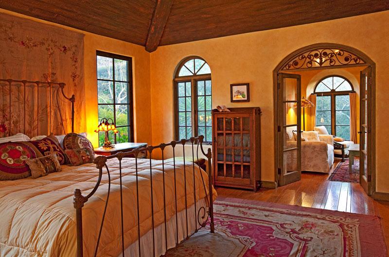 Majitelům domu poskytuje soukromí rozlehlý apartmán na poschodí. K sídlu patří i samostatný pavilon určený pro zábavu a tři obytné budovy pro hosty. foto: isifa