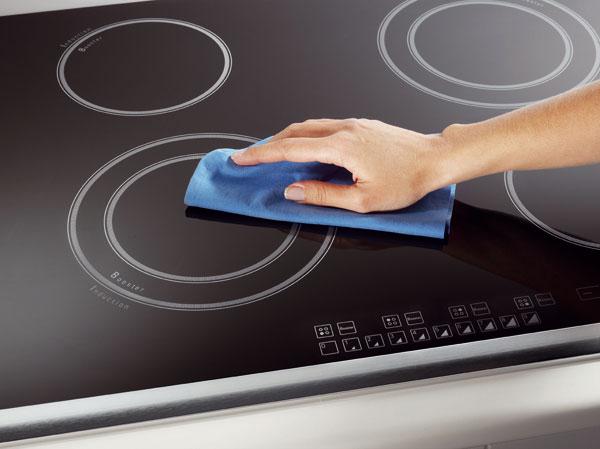 Indukční desku lze velmi snadno čistit − stačí ji pouze setřít hadříkem. Výhodou technologie je, že se nepřipálí nic, co náhodou při přípravě pokrmu přeteče nebo upadne vedle hrnce na varnou desku. foto: Hotpoint