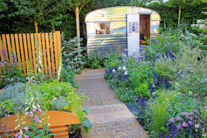 Nádherná relaxační zahrada plná soběstačných rostlin