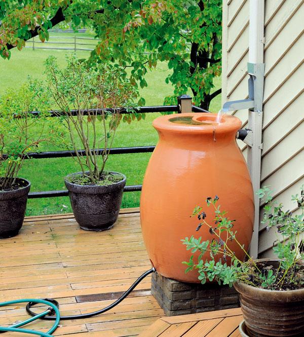 Dešťová voda je na zavlažování ideální – je chudá na soli, proto nedochází k zasolování půdy. Navíc neobsahuje chlór. Nádoby na dešťovou vodu, které se napojují do okapového systému, seženete vrůzných provedeních, dekorech a barvách. (foto: Thinkstock)