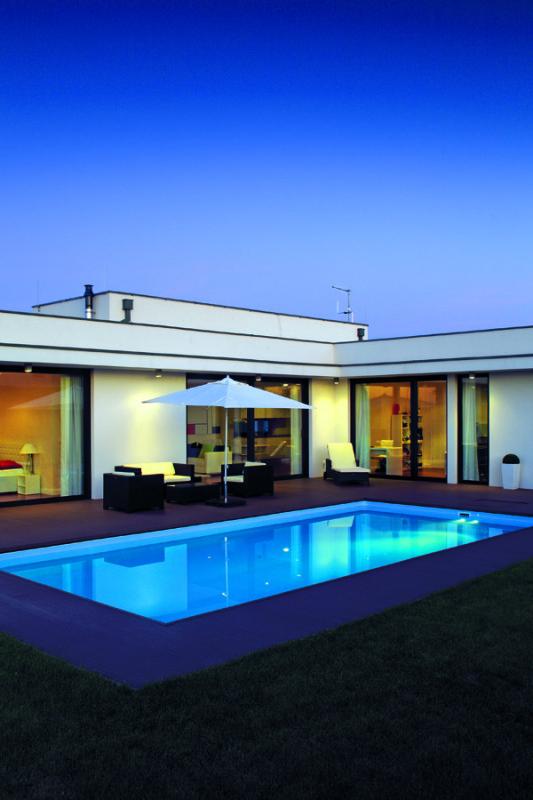 Dům ve tvaru L vytváří v zahradě chráněnou oázu rekreační pohody, která za letních dnů a večerů ožívá návštěvami přátel.