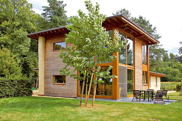 Slaměných domů vEvropě přibývá, protože sláma je dobrým stavebním materiálem vyhovujícím nejnovějším požadavkům udržitelného stavitelství. Na obrázku je slaměný dům vBelgii, kde se slaměné stavění úspěšně prosadilo teprve před deseti lety. (foto: Artur)
