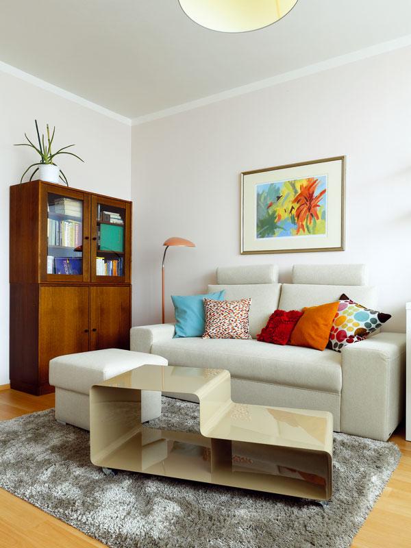 Majitelka se chtěla zbavit veškerého starého nábytku, ale designérka jí to rozmluvila. Poctivý dřevěný kousek má svou hodnotu, i když design zrovna neodpovídá aktuálním trendům. Na rozdíl od nich ale přetrvá roky. Foto: Dano Veselský