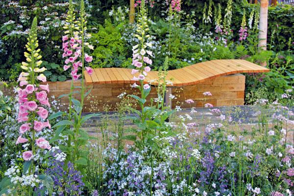 Atraktivním místem k relaxaci jsou vtéto zahradě dvě dřevěná lehátka. Pod jedním znich protéká vkovovém žlabu umělý potok. FOTO: DANIEL KOŠŤÁL