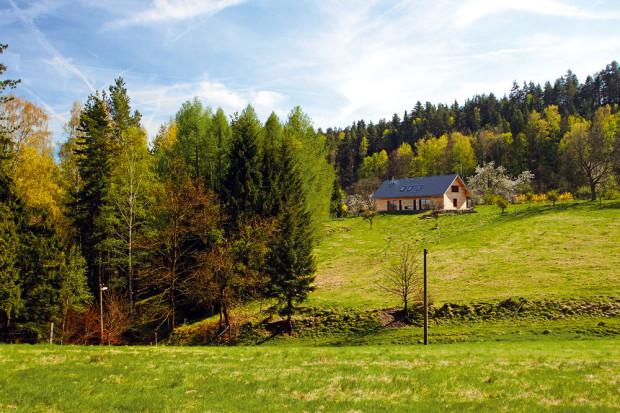 Dům pro tři generace zapadl do krajiny na okraji Krkonoš