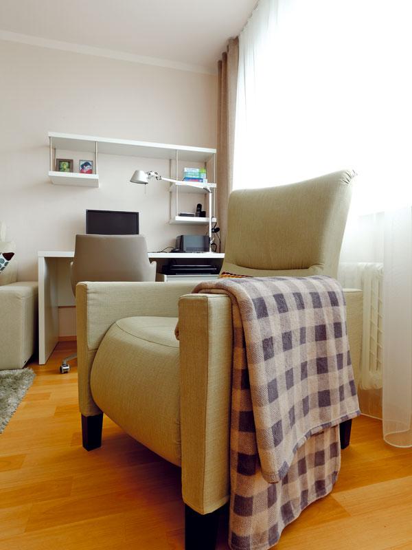 Velké křeslo je dominantou obývacího pokoje. Je nesmírně pohodlné a navíc polohovací. Zkrátka to pravé pro poklidné večery sknihou nebo u televize.  Foto: Dano Veselský