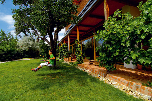 Majitelem pasivního rodinného domu vZurndorfu (Rakousko) je zároveň jeho autor Christian Steiner, architekt specializující se na výstavbu vpasivním standardu. Díky ideální, severojižní orientaci může naplno využívat zimní pasivní solární zisky. (foto: Dano Veselský)