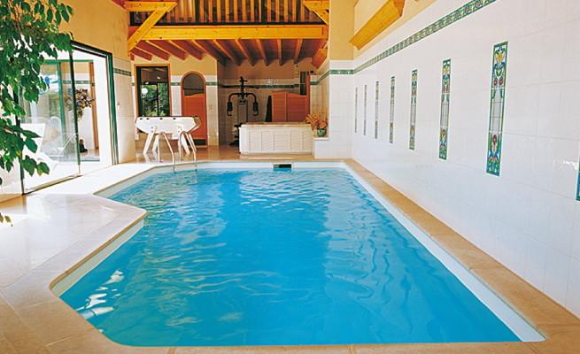 Přichází zima. Jaké jsou výhody bazénu pod střechou?