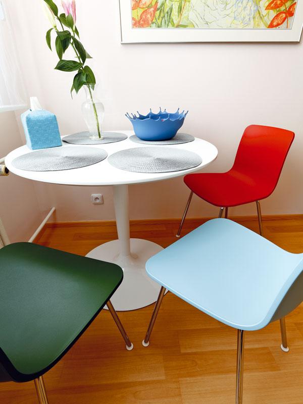 Kuchyně je jediné místo, kde si majitelka dopřála veselejší barvy i na nábytku. Židle od Vitry jsou rozhodně důkazem, že je otevřené mysli a umí ocenit moderní, mladistvý design. Foto: Dano Veselský