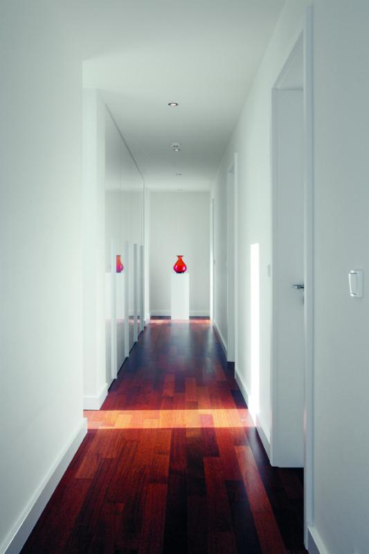 Čistý interiér je logickým pokračováním minimalistické architektury. Stejně v něm dominuje bílá – podle architekta barva, která nikdy neomrzí a vždy se dá efektně oživit, podle majitelů domu barva, která vnáší do interiéru pocit slunce.